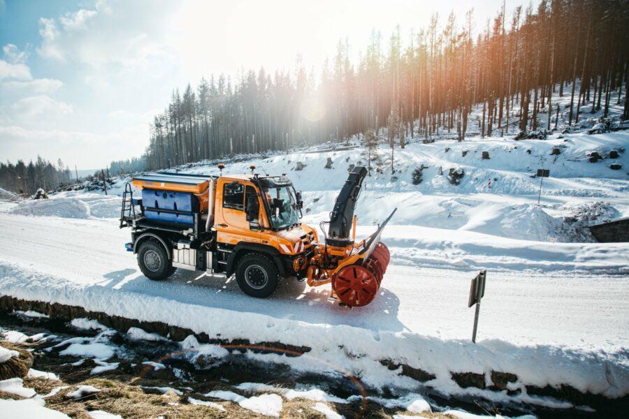 Foto: Unimog im Schneeräumeinsatz (Coypright: Mercedes Benz Trucks)