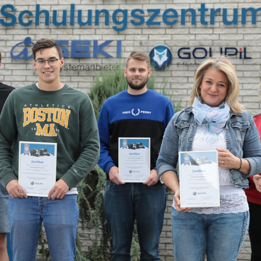 Foto: Schulungsteilnehmer mit Zertifikat (Copyright: Iseki Deutschland GmbH)
